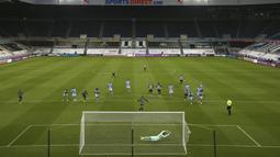 Penjaga gawang Manchester City Scott Carson gagal menyelamatkan gawang dari pemain Newcastle United Joelinton pada pertandingan Liga Inggris di Stadion St James' Park, Newcastle, Inggris, Jumat (14/5/2021). Hattrick Ferran Torres membawa Manchester City menang 4-3. (AP Photo/Scott Heppell, Pool)