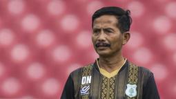Pelatih PSMS Medan, Djadjang Nurdjaman, mengamati anak asuhnya saat latihan di SUGBK, Jakarta, Jumat (16/2/2018). Latihan ini merupakan persiapan jelang perebutan tempat ketiga Piala Presiden 2018. (Bola.com/Vitalis Yogi Trisna)