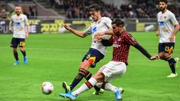 Bek AC Milan, Theo Hernandez, melepaskan umpan saat melawan Lecce pada laga Serie A Italia di Stadion San Siro, Milan, Minggu (20/10). Kedua klub bermain imbang 2-2. (AFP/Miguel Medina)