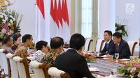 Presiden Jokowi berbincang dengan CEO Alibaba Jack Ma di Istana Bogor, Sabtu (1/9). Jokowi didampingi Menkominfo Rudiantara, Menko PMK Puan Maharani, Menlu Negeri Retno Marsudi, dan Menko Perekonomian Darmin Nasution. (Liputan6.com/Pool/Biro Pers Setpres)