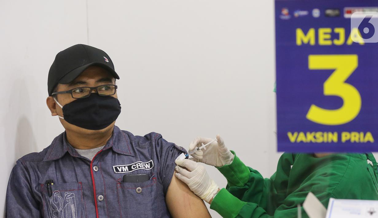 Karyawan ritel melakukan vaksin Covid-19 di Lippo Plaza Ekalokasari, Bogor, Jawa Barat, Senin (29/03/2021). Sebanyak 900 karyawan ritel yang memiliki KTP Kota Bogor mengikuti vaksin yang digelar PT Lippo Malls Indonesia (LMI) bekerja sama dengan Kemenkes. (Liputan6.com/Fery Pradolo)