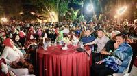 Hadir dalam acara Musyawarah Besar Kerukunan Keluarga Sulawesi Selatan yang akan berlangsung hingga tanggal 18 November itu antara lain Ibunda Presiden Joko Widodo, Sudjiatmi Widjiatno Notomihardjo, Wakil Presiden ke 10 dan ke 12 Jusuf Kalla.