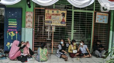 Warga korban kebakaran saat mengungsi di ruang kelas SDN 09 Kebon Kosong, Kemayoran, Jakarta, Selasa (31/8/2021). Sebanyak 250 warga masih mengungsi di gedung sekolah pasca kebakaran menghanguskan puluhan rumah semipermanen di RT 14/RW 05 pada Minggu (29/8) kemarin. (merdeka.com/Iqbal S. Nugroho)