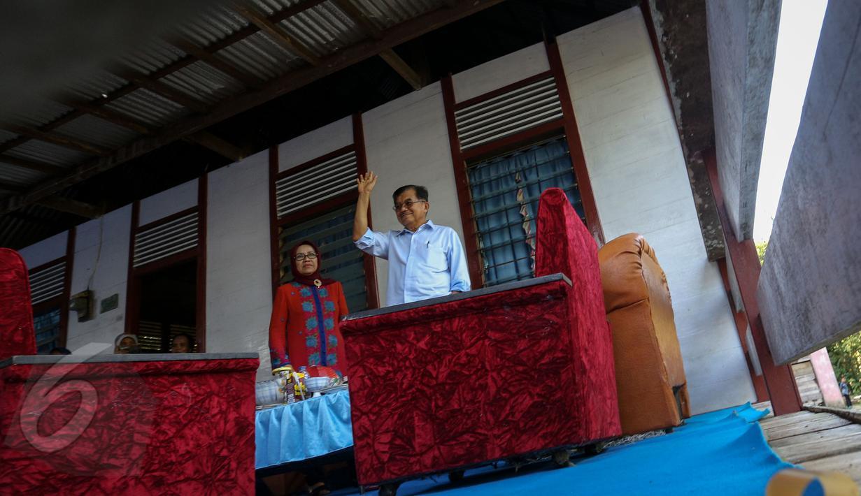 Wapres Jusuf Kalla didampingi sang istri, Mufidah Kalla menyambangi rumah ayahnya, di Dusun Nipah, Kabupaten Bone, Sulawesi Selatan, Sabtu (6/6). Kedatangan tersebut disela kunjungan dinas JK di Sulsel. (Liputan6.com/Faizal Fanani)