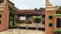 Dalam kurun dua tahun, gedung sekolah SMPN 01 Mancak Serang telah disegel sebanyak 4 kali oleh orang yang mengaku sebagai ahli waris tanah sekolah. (Liputan6.com/ Yandhi Deslatama)