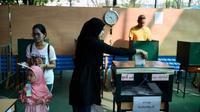 Warga Thailand memberikan hak suara mereka dalam pemilu pasca-kudeta pertama. (AFP)