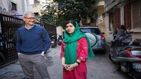 CEO Apple, Tim Cook dan Malala Yousafzai di luar rumah seorang anak perempuan yang sekolah dengan dukungan Malala Fund (Foto: Apple)