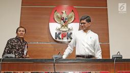 Wakil Ketua KPK Laode M. Syarif (kanan) bersama Saut Situmorang (kiri) saat jumpa pers di Jakarta, Jumat (16/3). KPK menetapkan Ahmad Hidayat Mus tersangka dugaan menyalahgunakan kewenangan pembebasan lahan Bandara Bobong. (Liputan6.com/Herman Zakharia)