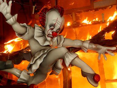 Ninot, boneka berukuran kecil, dibakar pada malam terakhir Festival Fallas di Valencia, Spanyol, Selasa (19/3). Las Fallas adalah festival budaya yang diselenggarakan oleh warga Valencia pada 15 sampai 19 Maret setiap tahunnya. (AP/Alberto Saiz)