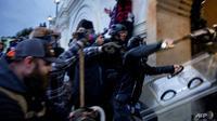 Lebih dari 150 orang, termasuk anggota kelompok ekstremis bersenjata, telah ditangkap sejak pendukung Trump menyerbu Capitol AS pada 6 Januari 2021. (Foto: AFP / Brent Stirton)