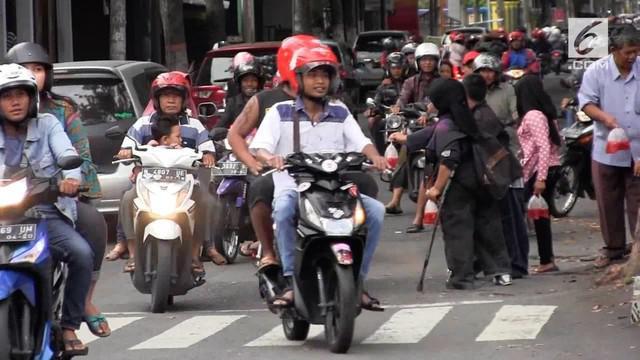 Puluhan penyandang disabilitas ikut berbagi di bulan suci Ramadan dengan membagikan takjil pada umat muslim, di Lumajang Jawa Timur. Kegiatan tersebut dilaksanakan pada setiap minggu sekali.