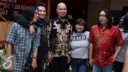 Ahmad Dhani bersama sejumlah musisi berfoto bersama saat menghadiri sosialisasi UU No 28 Tahun 2014 tentang Hak Cipta terhadap pengusaha karaoke di Polda Metro Jaya, Jakarta, Kamis (6/10). (Liputan6.com/Gempur M)