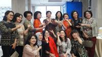 Para srikandi di sektor keuangan berfoto bersama Deputi Gubernur Senior Bank Indonesia Destry Damayanti.