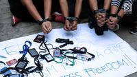 Jurnalis melakukan unjuk rasa di depan Kedubes Myanmar, Jakarta, Jumat (7/9). Mereka mendesak pemerintah Myanmar membebaskan Wa Lone dan Kyaw Soe Oo yang menulis laporan tentang serangan militer di negara bagian Rakhine. (Liputan6.com/Helmi Fithriansyah)