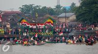 Antusias warga Pontianak saat menyaksikan Karnaval Air di Sungai Kapuas , Kalimantan Barat, Sabtu (22/8/2015). Rencananya sungai Kapuas akan menjadi kawasan waterfront City di Indonesia. (Liputan6.com/Faizal Fanani)