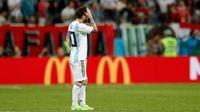 Kapten timnas Argentina, Lionel Messi menyentuh dahi selama pertandingan Grup D Piala Dunia 2018 melawan Kroasia di Nizhy Novgorod Stadium, Rusia, Jumat (22/6). Messi tidak melakukan satu tendangan pun hingga menit ke-64. (AP/Pavel Golovkin)