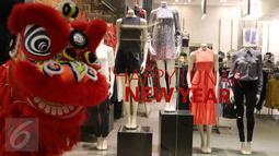 """Barongsai berpose di sebuah butik di Senayan City, Jakarta, Jumat (5/2/2016). Senayan City menyambut perayaan Tahun Baru Cina (Imlek) dengan tema Lunar New Year """"Oriental Red"""". (Liputan6.com/Herman Zakharia)"""