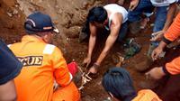 Evakuasi korban timbunan material tanggul irigasi jebol di Tamansari, Parakancanggah, Banjarnegara. (Liputan6.com/SRU RAPI BNA/Muhamad Ridlo)