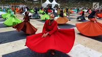 Penampilan penari sufi saat memeriahkan Harlah ke-73 Muslimat NU di SUGBK, Jakarta, Minggu (27/1). Acara ini dihadiri 100 ribu kader Muslimat NUse-Indonesia. (Liputan6.com/JohanTallo)