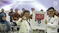 Presiden Partai Keadilan Sejahtera (PKS) Sohibul Iman (tengah) mendapatkan nomor 8 sebagai peserta pemilu 2019 saat pengundian nomor urut parpol di kantor KPU, Jakarta, Minggu (19/2). (Liputan6.com/Faizal Fanani)