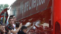 Penggemar Liverpool menyambut bus tim saat tim tiba di hotel di Kiev, Ukraina, (24/5). Liverpool akan bertanding melawan Real Madrid di Final Liga Champions pada 26 Mei di stadion Olympiyski di Kiev. (AP Photo/Sergei Grits)