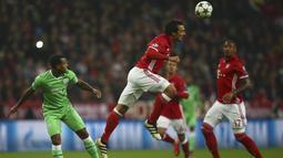 Pemain Bayern Munchen, Mats Hummels menghalau bola dari kejaran pemain PSV Eindhoven, Luciano Narsingh (kiri) pada laga grup D Liga Champions di Allianz Arena, Munich, Kamis (20/10/16) dini hari WIB. (Reuters/Michael Dalder)