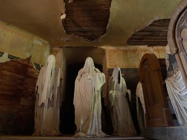 Gambar pada 30 Agustus 2018 menujukkan patung-patung serupa hantu yang ditampilkan di Gereja St George, Lukova, Republik Ceko. Sosok-sosok misterius berkerudung putih itu merupakan instalasi seni buatan mahasiswa seni, Jakub Hadrava. (AP/Petr David Josek)
