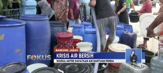 Ratusan warga terlibat antre untuk mendapatkan pembagian air bersih ini bukan hagi hal aneh.