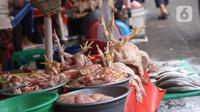 Ayam potong dijual di Pasar Kebayoran Lama, Jakarta, Rabu (14/4/2021). Memasuki bulan Ramadan, harga daging ayam alami kenaikan dari Rp 39 ribu menjadi Rp 45 ribu per kilogram. (Liputan6.com/Angga Yuniar)