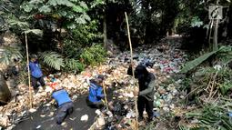 Petugas Satgas Sumber Daya Air Dinas PUPR Kota Depok melakukan pembersihan sampah sepanjang sekitar 500 meter yang memenuhi Kali Pelayangan di Kampung Utan Jaya, depok, Jawa Barat, Senin (12/8/2019). (merdeka.com/Arie Basuki)
