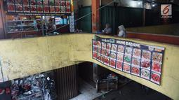 Suasana kios makanan di Pasar Cipete, Jakarta, Sabtu (10/8/2019). Konsep revitalisasi direncanakan akan mengintegrasikan pasar dengan permukiman penduduk, rusunawa, rusunami, hotel, dan perkantoran, dengan penambahan fasilitas, seperti bioskop rakyat pada beberapa pasar. (Liputan6.com/Angga Yuniar)