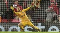 Kiper Atletico Madrid, Jan Oblak, menghalau bola saat melawan Liverpool pada laga Liga Champions di Stadion Anfield, Rabu (11/3/2020). Liverpool takluk 2-3 dari Atletico Madrid. (AP/Jon Super)