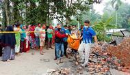 Warga mengevakuasi jasad ibu dan anak tewas dalam kebakaran di Kabupaten Siak. (Liputan6.com/M Syukur)