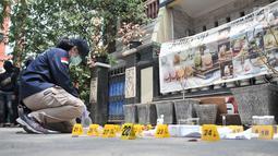 Tim Laboratorium Forensik (Labfor) Bareskrim Polri mengidentifikasi barang bukti yang ditemukan di rumah terduga teroris di Jalan Belibis V, Semper Barat, Cilincing, Jakarta, Senin (23/9/2019). Terduga teroris itu berafiliasi dengan kelompok Jamaah Ansharut Daulah (JAD). (merdeka.com/Iqbal Nugroho)