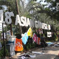 Pekerja memasang neon box Asian Games di depan Balai Kota DKI Jakarta, Jumat (6/7). Pemasangan neon box tersebut untuk mensosialisasikan pelaksanaan Asian Games 2018. (Liputan6.com/Arya Manggala)