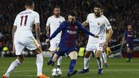 Striker Barcelona, Lionel Messi, melepaskan tendangan ke gawang AS Roma pada laga leg pertama perempat final Liga Champions di Stadion Camp Nou, Rabu (4/4/2018). Barcelona menang 4-1 atas AS Roma. (AFP/Manu Fernandez)
