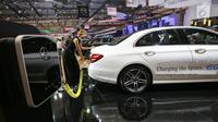 Mobil hybrid tenaga listrik Mercedes-Benz E 300 e EQ Power dipamerkan dalam GAIKINDO Indonesia International Auto Show (GIIAS) 2019 di ICE BSD, Tangerang, Jumat (19/7/2019). Mobil berkapasitas 2000 cc turbocharger dengan tenaga 211 horsepower. (Liputan6.com/Fery Pradolo)