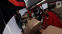 Pekerja mempercantik Ruang Rapat Paripurna I dengan Bendera Merah Putih di kompleks Parlemen MPR-DPR RI, Senayan, Jakarta, Rabu (16/10/2019). Ruang paripurna DPR tampak dihias menjelang pelantikan presiden dan wapres terpilih pada 20 Oktober mendatang. (Liputan6.com/Johan Tallo)