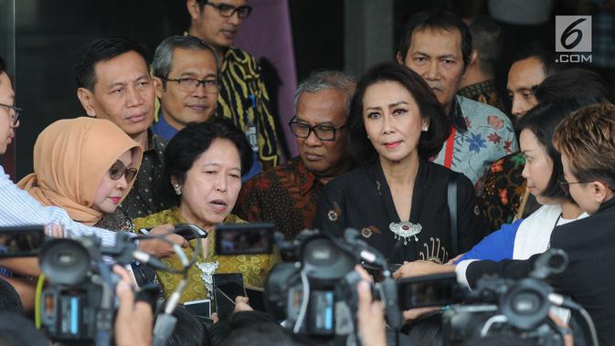 Anggota Pansel Calon Pimpinan KPK sekaligus pakar hukum pidana dan HAM Harkristuti Harkrisnowo (dua kiri) bersama Ketua Pansel Calon Pimpinan KPK Yenti Ganarsih (kanan) memberi keterangan usai menggelar pertemuan di Gedung KPK, Jakarta, Rabu (12/06/2019). (merdeka.com/Dwi Narwoko)