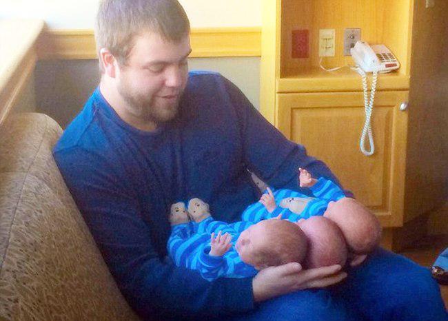 Jase sangat antusias menyambut kelahiran bayi kembar tiga identiknya | foto: copyright dailymail.co.uk
