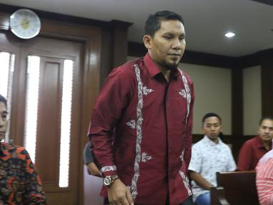 Bupati Bener Meriah, Ahmadi bersiap menjalani sidang perdana kasus dugaan suap alokasi dan penggunaan anggaran Dana Otonomi Khusus Aceh di Pengadilan Tipikor, Jakarta, Kamis (27/9). Sidang mendengar pembacaan dakwaan JPU. (Liputan6.com/Helmi Fithriansyah)