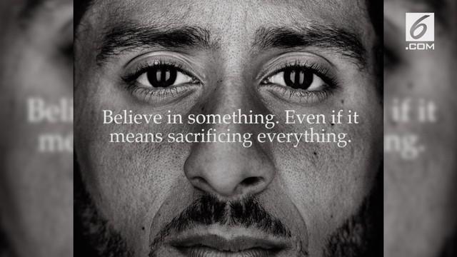 Sejumlah konsumen membakar produk-produk Nike sebagai aksi protes terhadap pemilihan model terbaru Nike.