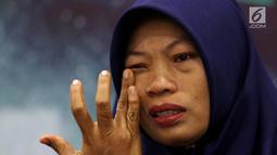 Terpidana kasus pelanggaran UU ITE Baiq Nuril menangis saat berbicara dalam diskusi Dialektika Demokarasi di Kompleks Parlemen Senayan, Jakarta, Rabu (10/7/2019). Baiq mengaku rindu dengan anak-anaknya yang sudah berpisah selama tiga bulan. (Liputan6.com/JohanTallo)