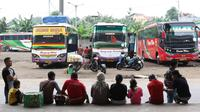 Calon pemudik beristirahat di Terminal Pulo Gebang, Jakarta, Kamis (22/6). Memasuki H-3 Idul Fitri, Terminal Pulo Gebang mulai dipadati ribuan pemudik dengan berbagai tujuan, termasuk ke luar Pulau Jawa. (Liputan6.com/Immanuel Antonius)
