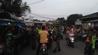 Pedagang takjil di Bekasi bentrok dengan petugas. (Bam Sinulingga/Liputan6.com)