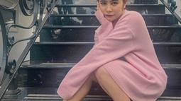 Dari ikat rambut, sweater oversize hingga sepatu, Prilly tampil imut dengan gaya serba merah muda. Menginjak usia 24 tahun, dirinya tampak semakin  imut dan cantik. (Liputan6.com/IG/@prillylatuconsina96)