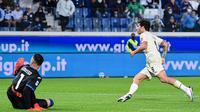 Pemain AC Milan Sandro Tonali (kanan) mencetak gol ke gawang Atalanta pada pertandingan Liga Italia Serie A di Stadion Gewiss, Bergamo, Italia, 3 Oktober 2021. AC Milan menang 3-2 atas Atalanta. (MIGUEL MEDINA/AFP)