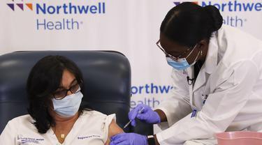 Stephanie Cal (kiri), perawat di Long Island Jewish Medical Center, menerima suntikan vaksin COVID-19 di New York, AS, 14 Desember 2020. AS mulai memberikan vaksin COVID-19 pertamanya pada (14/12) dengan dosis pertama disuntikkan kepada para petugas kesehatan dan staf panti wreda. (Xinhua/Wang Ying)