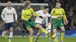 Gelandang Tottenham, Giovani Lo Celso, berusaha melewati gelandang Norwich, Todd Cantwell, pada laga Premier League di Stadion Tottenham, London, Rabu (23/1). Tottenham menang 2-0 atas Norwich. (AP/Matt Dunham)