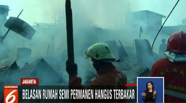 Dua belas mobil pemadam kebakaran dengan puluhan petugas akhirnya bisa memadamkan api dalam tempo satu jam.
